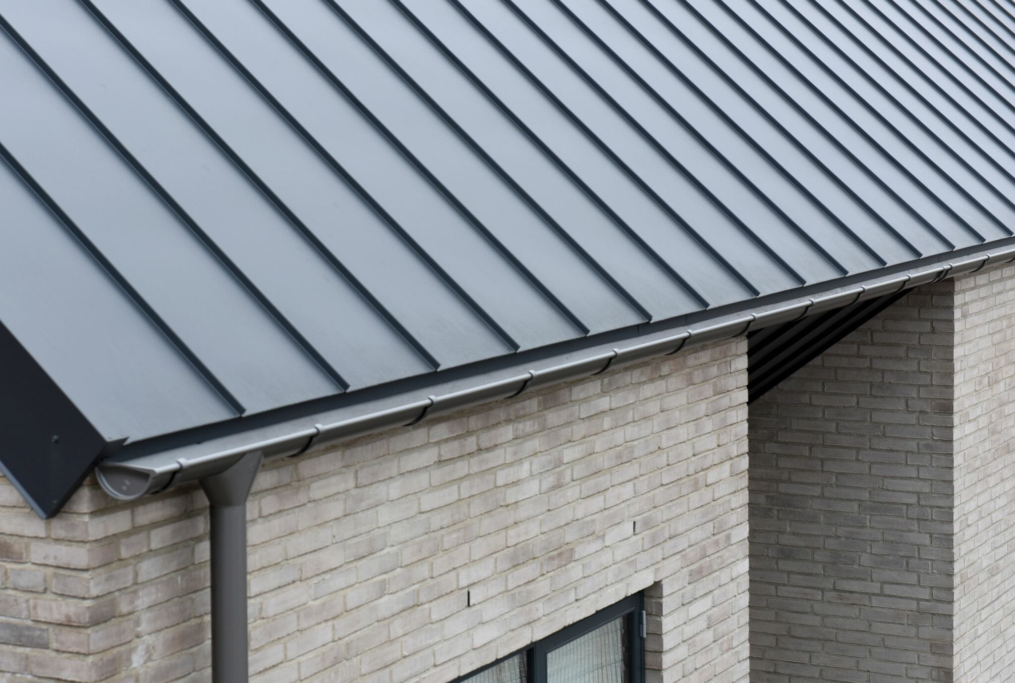 Anthracite Metallic with Lindab gutter